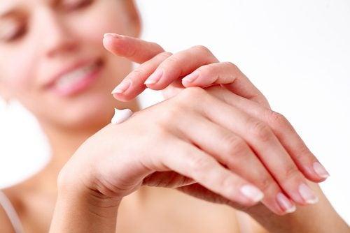 استخدمي مرطب اليدين مع الكريم الواقي من الشمس