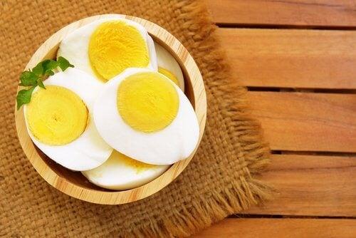 البيض غني بالبروتين ويحتوي على الأحماض الأمينية الأساسية
