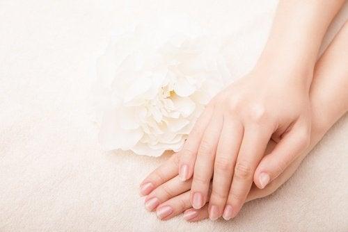 الفازلين منتجًا رائعًا للعناية بجلدك وأظافرك