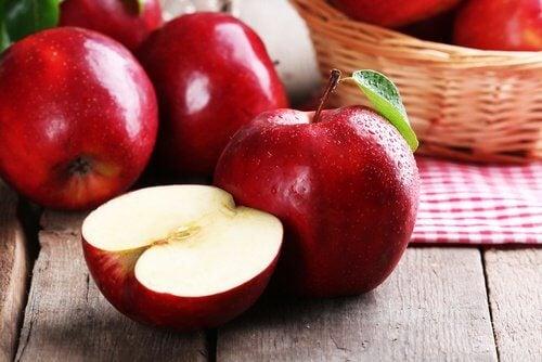 التفاح النيئ خيار جيد لتنظيف الأسنان