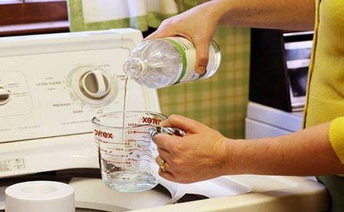 تقوم مركبات الخل الأبيض الحمضية بتنظيف أنسجة الملابس البيضاء