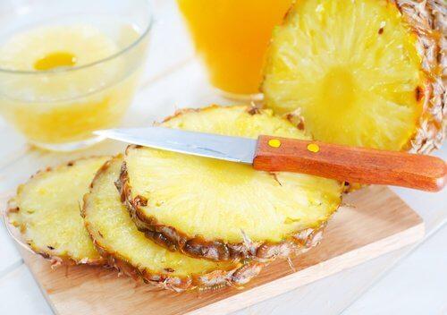 عصير الأناناس للتخلص من الزوائد الجلدية