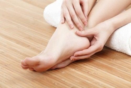 الفازلين خيارًا جيدًا لتخفيف جفاف ونتوءات القدمين