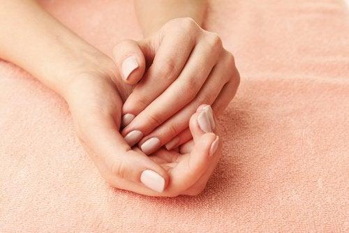 يدان جميلتان وناعمتان كالحرير