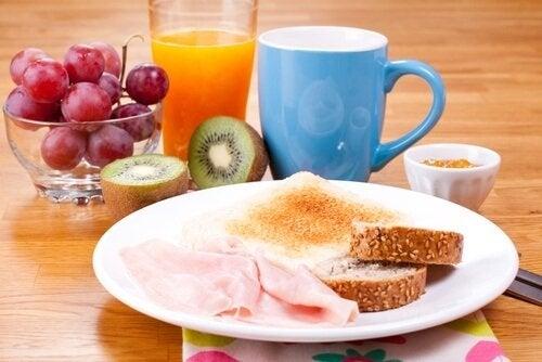 تخطي وجبة الإفطار يضر بالدماغ