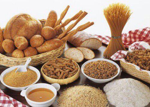 مجموعة من النشويات مثل الخبز والمعكرونة