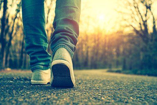 رجل يسير من أجل تحقيق القوام المثالي
