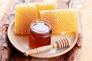كمية من عسل النحل وشمع العسل