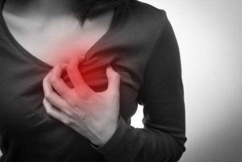 السكتة القلبية – اكتشفي خمسة أعراض لا تظهر إلا على النساء