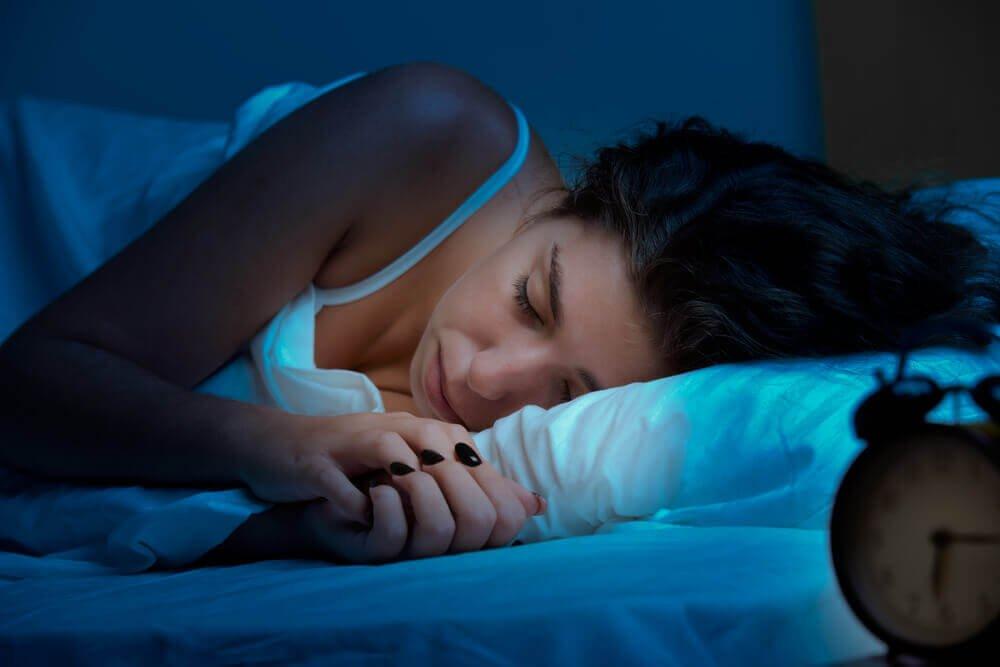 يزيد إنتاج الميلاتونين في الظلام، ويزيد إنتاج السيراتونين في الضوء