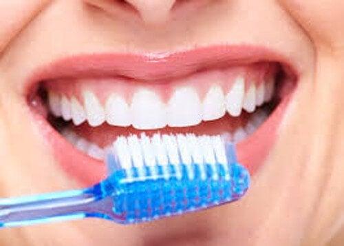 تنظيف الفم يقيك من سرطان الفم