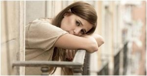 فتاة تعاني من الضغط النفسي