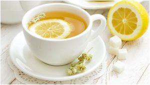 فنجان من منقوع الليمون مع نصف ثمرة ليمون