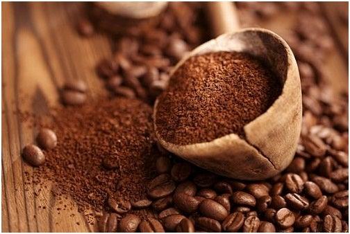 كمية من حبوب القهوة السليمة وأخرى مطحونة
