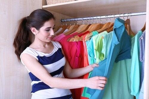 طي الملابس – 5 حيل رائعة لتوفير حيز أكبر في خزانة الملابس