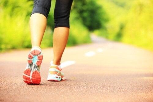سيدة تقوم بالجري وممارسة الرياضة
