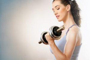 فتاة تقوم بأداء تمرين الثني والمد