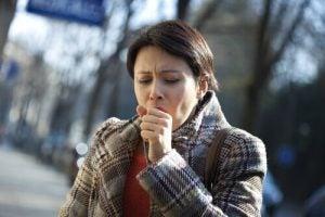 سيدة تعاني من السعال وهو أحد أعراض سرطان الرئة المحتملة