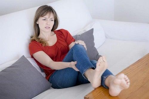 فتاة تعاني آلام عضلات الساق