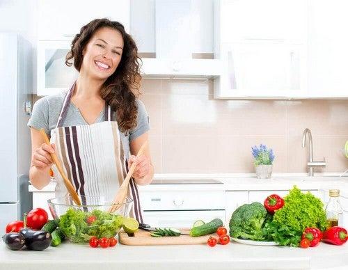 امرأة تقوم بطبخ الخضراوات