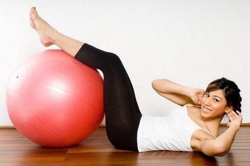 امرأة تمارس التمارين الرياضية