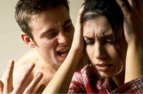 علامات العنف اللفظي –  6 أعراض تشير إلى أنك أحد ضحايا العنف اللفظي