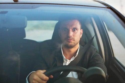 رجل يقود السيارة بخوف