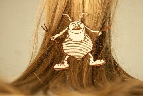 شعر فتاة يعاني من مشكلة حشرة القمل