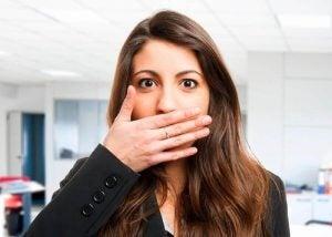 فتاة تعاني من مشكلة رائحة الفم الكريهة