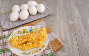 طبق من العجة وعدد من البيضات من أجل وجبة الإفطار اللذيذة