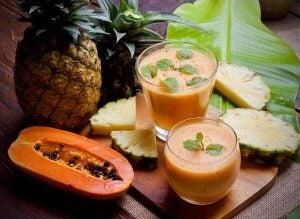 كوبين من عصير الأناناس