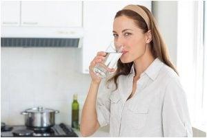فتاة تشرب الماء