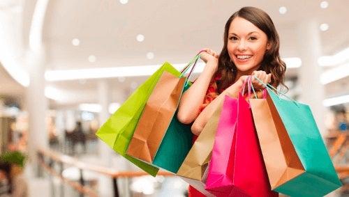 فتاة تحمل العديد من المشتريات