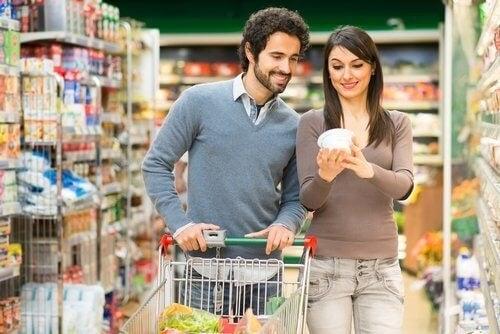 زوجان يقومان بالتسوق معًا في عطلة نهاية الأسبوع