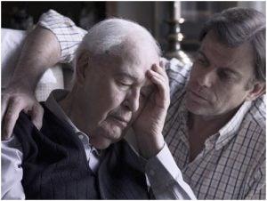 رجل يعاني من آلزهايمر وإبنه يجلس بجواره
