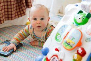طفل يلعب وينظر أمامه