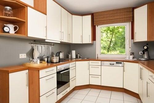 مطبخ مصمم على شكل حرف U