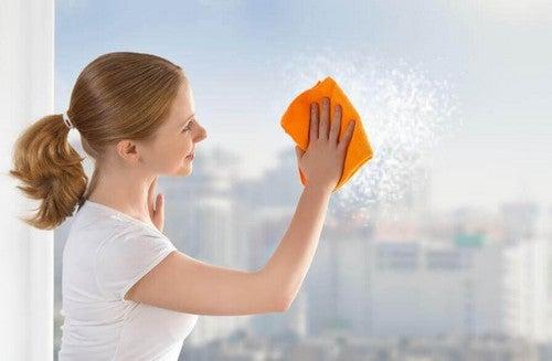 6 طرق لتنظيف زجاج النوافذ بشكل فعال وسهل