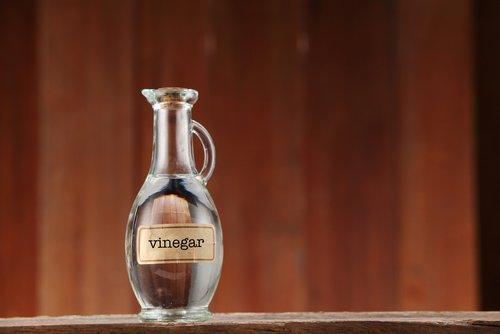 زجاجة مملوئة بالخل الأبيض