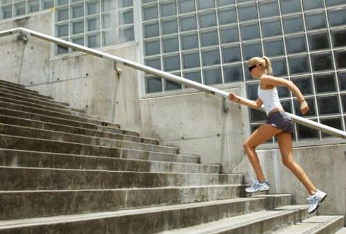 فتاة تقوم بصعود السلم