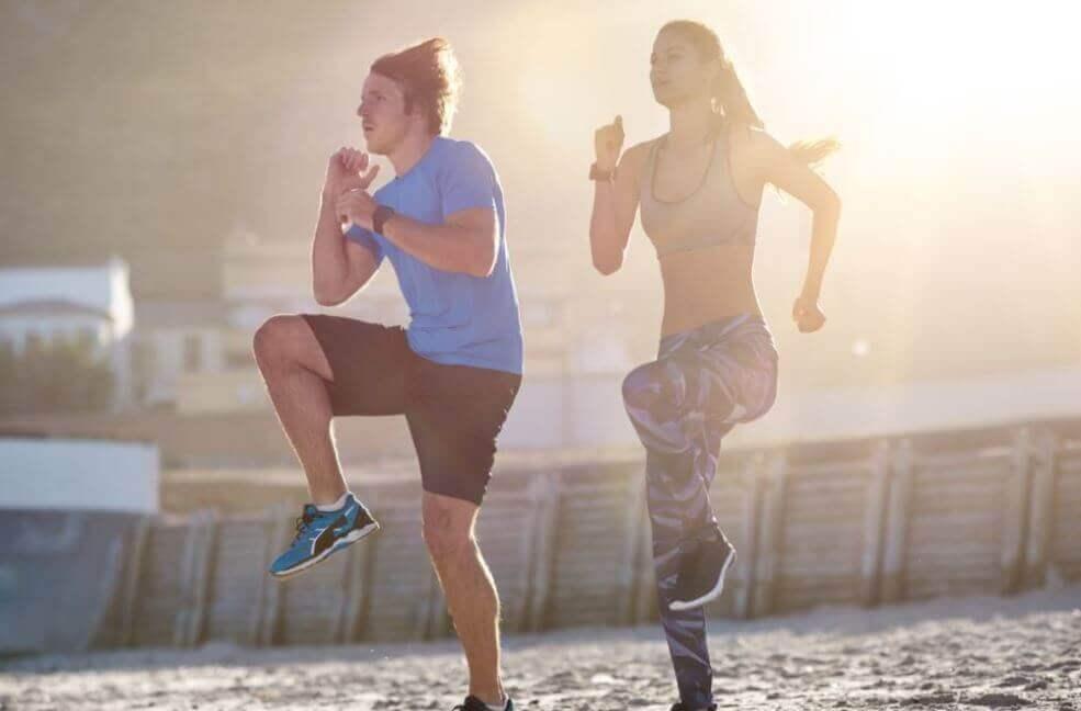 شاب وفتاة يقومون بممارسة أحد تمارين القلب السهلة والبسيطة