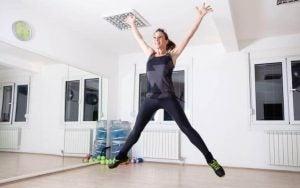 فتاة تقوم بممارسة تمرين قفزة الضفدع