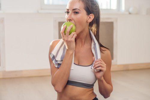 تناول فواكه والخضروات القاسية والمقرمشة من أجل تبييض الأسنان