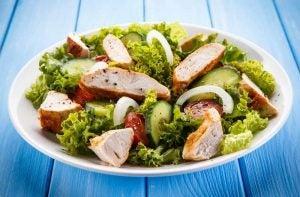 طبق من السلطة الصحية ضمن حمية لتخفيف الوزن