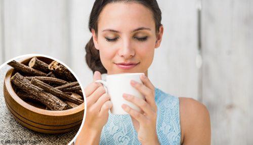فتاة تقوم بشرب شاي العرقسوس