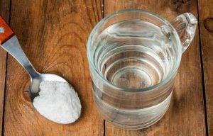 كوب من الماء وملعقة صغيرة من ملح الطعام