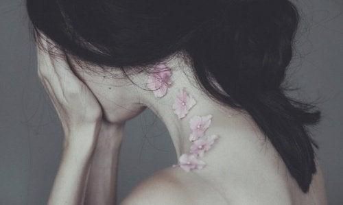 سيدة حزينة نتيجة الوقوع في حب زائف