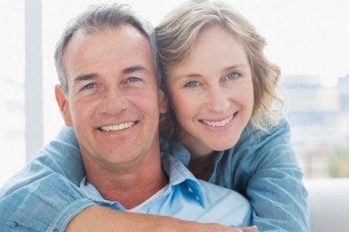 زوجين في منتصف العمر ويشعرون بالسعادة