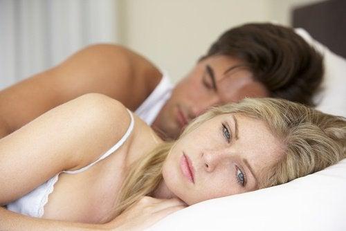 سيدة تشعر بالألم أثناء ممارسة الجنس بسبب تكيس المبايض