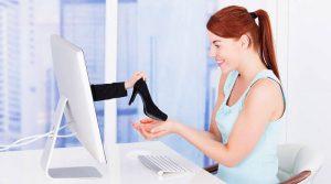 سيدة تشتري حذاء الكعب العالي من الإنترنت